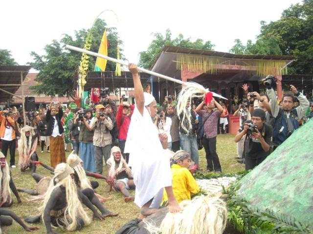 Syekh Subakir aka PBNJ berusaha menunggu byson eh mangsude menancapkan tombak ke Gunung Tidar